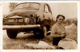 Photo Originale Pin-up, Sa Simca Aronde (969-J-40) & Pique Nique Au Bord De La Route En Allant Dans L'Aude En 1956 - Automobiles