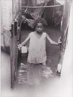 974 - LA REUNION - PHOTOGRAPHIE - LE CYCLONE HYACINTHE - UNE FILLETE ATTEND LES SECOURS 30 JANVIER 1980 - PHOTO AFP - Places