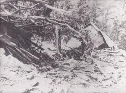 974 - LA REUNION - PHOTOGRAPHIE - LE CYCLONE HYACINTHE  26/01/1980 - PHOTO AFP - GLISSEMENT DE TERRAIN CASE EMPORTEE - Places