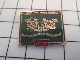 115d Pin's Pins / Rare Et De Belle Qualité !!! THEME MARQUES / LEVI'S JEAN'S FOURTEEN DECADES OF PERFORMANCE - Trademarks