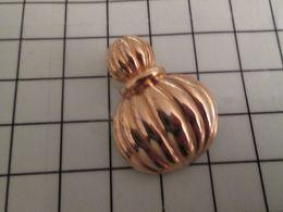 115d Pin's Pins / Rare Et De Belle Qualité !!! THEME PARFUMS / FLACON DE PARFUM NOM INCONNU METAL JAUNE - Judo
