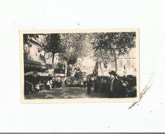VIC FEZENSAC  (GERS) PHOTO DEFILE DE CHARS DEVANT LE CAFE DES SPORTS ET LA RUCHE MERIDIONALE 1956 - Lugares