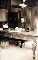 Carte Photo Originale Portrait De Secrétaire à Son Poste De Travail, Joli Bureau De Bois Vers 1900/10 - Bureaucrate - Professions