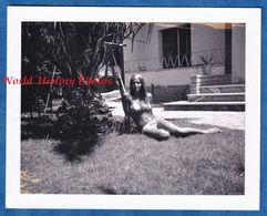 Photo Ancienne Snapshot - Beau Portrait Femme En Maillot De Bain Sur L' Herbe - Visage Pose Sexy Beautée Fille Demi Nue - Pin-Ups