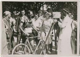 Photo Argentique Vélo Tour De France Devant Le Ciné Cameraman Vers 1930 - Cyclisme