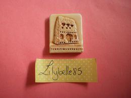 Feve PERSO Ancienne En Porcelaine - TEMPLE DE JANNUS - Serie LECLERC 1996 ( Feves Figurine Miniature ) - Regionen