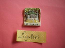 Feve PERSO Ancienne En Porcelaine LE KIOSQUE AVOSCAN 1996 ( Feves Figurine Miniature ) - Regionen
