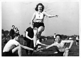 Rue Du Canal, Montigny-lès-Metz Groupe De Sportive Maillot Avec La Croix Gammée  1939-45 - Guerre, Militaire