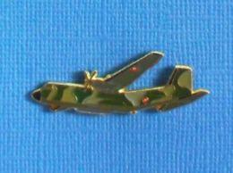 1 PIN'S //  ** AVION MILITAIRE C-160 TRANSALL ** . (J.Y. Ségalen©) - Militaria