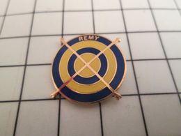 413g Pin's Pins / Rare & Belle Qualité !!! THEME SPORTS / CIBLE FLECHES REMY Sans Famille Mais Pas Sans Arc ! - Tir à L'Arc