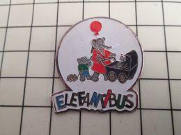 516c Pin's Pins / Rare & Belle Qualité !!! THEME ANIMAUX / FAMILLE ELEPHANT AVEC MAMAN ENFANTS LANDAU BALLON ELEFANTIBUS - Animaux