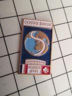 516c Pin's Pins / Rare & Belle Qualité !!! THEME SPORTS / TENNIS NIMES 1992 COUPE DAVIS FRANCE SUISSE La Branlée !! - Tennis