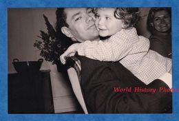 Photo Ancienne Snapshot - Beau Portrait D'un Pére & Son Enfant - Famille Costume Homme Fille Paternel Sourire Rire - Fotos