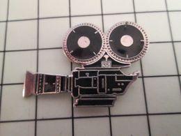 516c Pin's Pins / Rare & Belle Qualité !!! THEME CINEMA / CAMERA 35 Mm ARGENTIQUE FILM TOURNAGE Par DEMONS & MERVEILLES - Cinéma