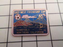 516c Pin's Pins / Rare & Belle Qualité !!! THEME SPORTS / FOOTBALL Pin's US EAST-WEST FRIENDSHIP CUP SUNNYVALE CALIFORNI - Football