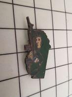 918b Pin's Pins / Rare & Belle Qualité !!! THEME : MILITARIA / HOMME CAMOUFLE AVEC ARME ET ECUSSON FRANCAIS - Militaria