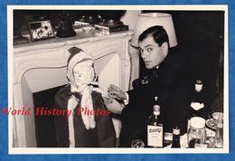 Photo Ancienne Snapshot - Beau Portrait Homme & Faux Pere Noel - 1966 - Cheminée Deco Decor Bouteille Cointreau Garçon - Non Classés