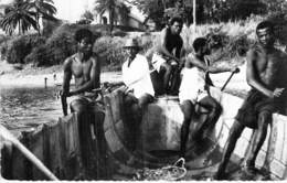 GABON - LIBREVILLE : En Pirogue ( Bonne Animation ) CPSM Photo Dentelée Format CPA 1960 - Afrique Noire - Black Africa - Gabon