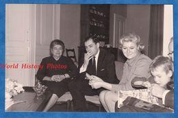 Photo Ancienne Snapshot - Beau Portrait De Famille Enfant Ouvrant Un Cadeau Homme Avec Cigarette - Costume Homme Femme - Fotos