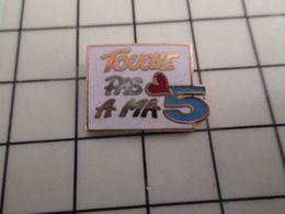 316a Pin's Pins / Rare & Belle Qualité !!! THEME : MEDIAS / CHAINE DE TELE TOUCHE PAS A MA 5 Elle Se Coule Toute Seule ! - Médias