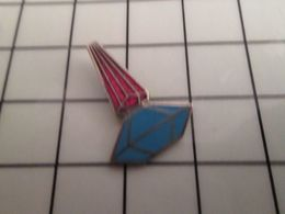 316a Pin's Pins / Rare & Belle Qualité !!! THEME : PARFUMS / FLCON DE PARFUM ROUGE ET BLEU - Perfume
