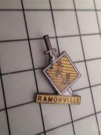 316b Pin's Pins / Rare & Belle Qualité !!! THEME : VILLES / EPEE GLAIVE RAMONVILLE Par BP - Cine