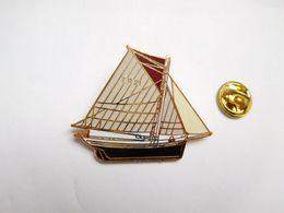 Superbe Big Pin's En EGF , Marine Bateau Voilier , TR 21 , Signé JYS - Barcos