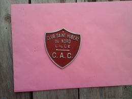 CLUB SAINT HUBERT DU NORD - C.A.C.  - LILLE - RARE ANCIENNE PLAQUE EN ALU FORME D'ECUSSON - CHASSE - Organisations