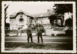 INEDIT DORDIVES - 1940 - AVENUE DE PARIS - DEUX SOUS OFFICIERS ALLEMANDS DEVANT LA MAISON AU N°104 QU'ILS OCCUPENT - Dordives