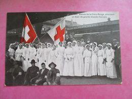 CPA  WW1 GUERRE 1914-18 DAMES DE LA CROIX ROUGE DRAPEAUX SUISSES ATTENDANT TRAIN DE BLESSES FRANÇAIS GARE - War 1914-18