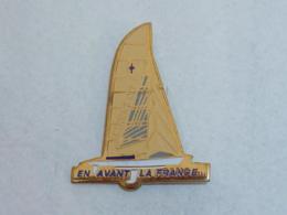 Pin's VOILIER EN AVANT LA FRANCE - Barcos