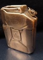 Briquet  -  Jerricane  Ancien   5,6 Cm X 4 Cm X 1,7 Cm - Sonstige