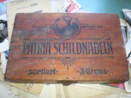 Old Wooden Tobacco Box Patria Schildnadeln Fabrik Marke Gegrundet 1559 - Contenitori Di Tabacco (vuoti)