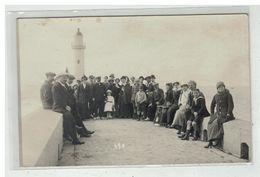 76 LE TREPORT #13494 GROUPE DE PERSONNES DEVANT LE PHARE CARTE PHOTO - Le Treport