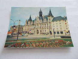 CHARLEVILLE MEZIERES ( 08 Ardennes ) L HOTEL DE VILLE   VIEILLES VOITURES  DRAPEAUX FRANCAIS 1974 - Charleville