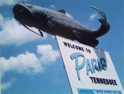 Giant Catfish Welcome Visitor To Paris, TN - Autres