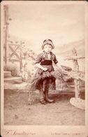 CDV  SANITAS , CLERMONT Fd  :   Petite Fille En Costume Traditionnel   Gd Format 16,5 X 10,5  Vintage Albumen Circa 1880 - Ancianas (antes De 1900)