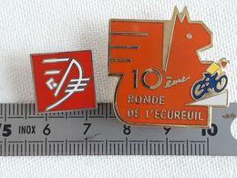 Lot De 2 Pin's Caisse D'Epargne écureuil, Cycliste - Banche