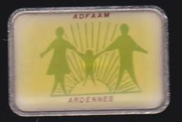 65661- Pin's--Association Départementale Des Familles D'Accueil Et Assistant(e)s Maternel(le)s Des Côtes D'Armor - Associations