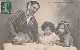 VANNES : Costume De L'artisane ( Repasseuse En L' Occurence.) - Vannes