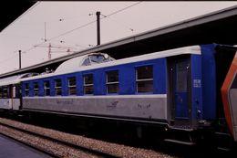 Photo Diapo Diapositive Train Wagon Voiture SNCF De Contrôle Des IES à Paris Gare De Lyon Le 03/05/96 VOIR ZOOM - Diapositives