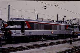 Photo Diapo Diapositive Train Wagon Locomotive Electrique SNCF BB 15019 Le 24/06/96 VOIR ZOOM - Diapositives