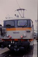 Photo Diapo Diapositive Train Wagon Locomotive Electrique SNCF BB 16580 De Face Le 24/06/96 VOIR ZOOM - Diapositives