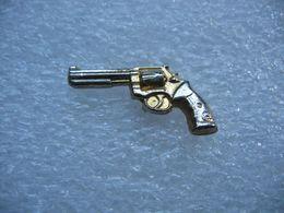 Pin's D'un Pistolet En 3D Argenté - Tiro Con L'Arco