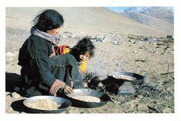 Tibet Préparation De La Tsampa Rupchu Ladakh Aliment Traditionnel Tibetain Farine D' Orge Grillé CPM - Tibet