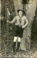 Carte Photo D'un Scout Avec Sont Fanion Posant Dans Une Foret - Personnes Anonymes
