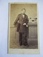 CDV Second Empire - Portrait  Homme Debout  - Chapeau Haut De Forme - Photo Subercaze, Pau - Circa 1860/65  - BE - Foto