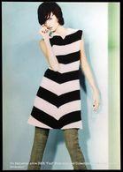 Femme En Tenue Colorée De Style Ecole Défilé Mode LA CAMBRE Fashion Show School Woman In Colorful Style Outfit - Moda