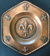 Petit Plat Enseigne Scout Scoutisme Cuivre Bronze Avec Attache Pour Enseigne Local Fleur De Lys 16 X 14,5 X 1 Cm - Pfadfinder-Bewegung