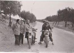 Photo Deux Motos Marque à Déterminer Avec Des Jeunes Gens - Cyclisme